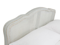 Flumble bed in vintage white rattan