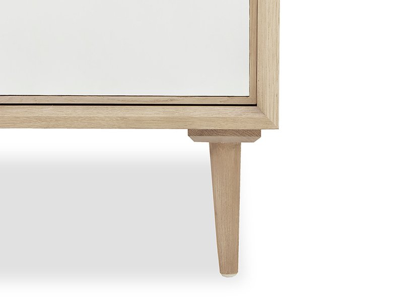 Grand Trixie mirrored bedroom furniture leg detail