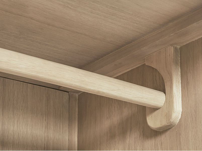 Grand Trixie bedroom furniture pole detail