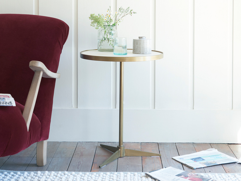 Vino round one leg side table